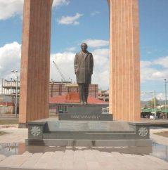 Aznavour-statue-Armenia