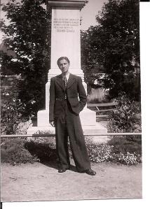 Tatal meu in fata Statuii Doamnei Stanca, cetatea Fagaras, 1939