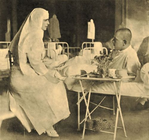 1917_-_Regina_Maria_pe_timpul_vizitei_într-un_spital_în_anul_1917-Sepia