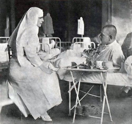 1917_-_Regina_Maria_pe_timpul_vizitei_într-un_spital_în_anul_1917