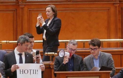 Deputata USR Cosette Chichirău l-a acuzat miercuri pe senatorul PSD Şerban Nicolae că o hărţuieşte şi o intimidează prin limbajul folosit la adresa sa şi a spus că, dacă social-democratul nu-şi cere scuze public faţă de ea, îl va da în judecată