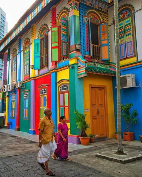The vibrant colors of Little India, Singapore (photo by brianthio) via: https://bit.ly/2HU9hEM