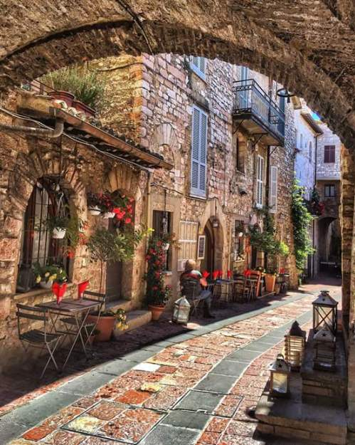 Assisi, Italy (photo by Banu Eröncel) via: https://bit.ly/2krZnzT