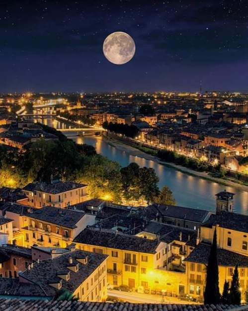 Verona, Italy (photo by Matteo Righi) via: https://bit.ly/2m1mdPK