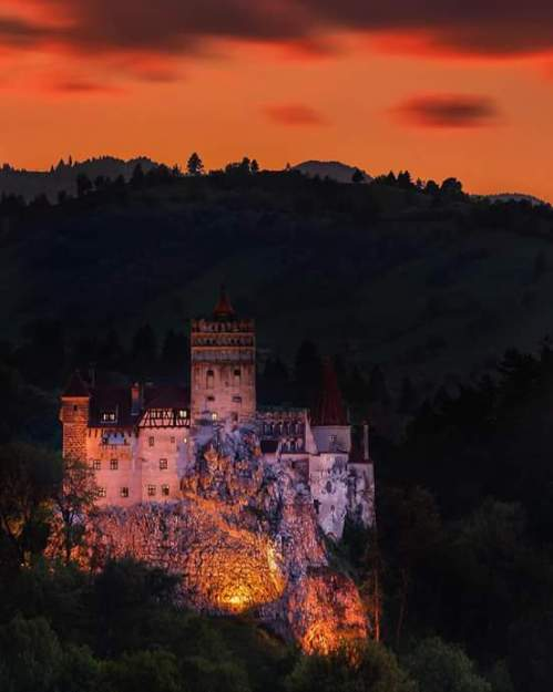 Sunset over Bran Castle, Transylvania, Romania (photo by theplanetd) via: https://bit.ly/2m2AQSS